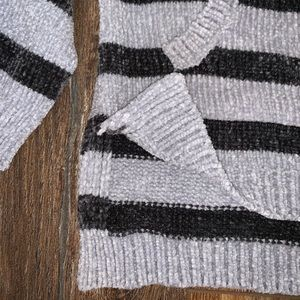 V-neck sweater w/ hood and front pocket